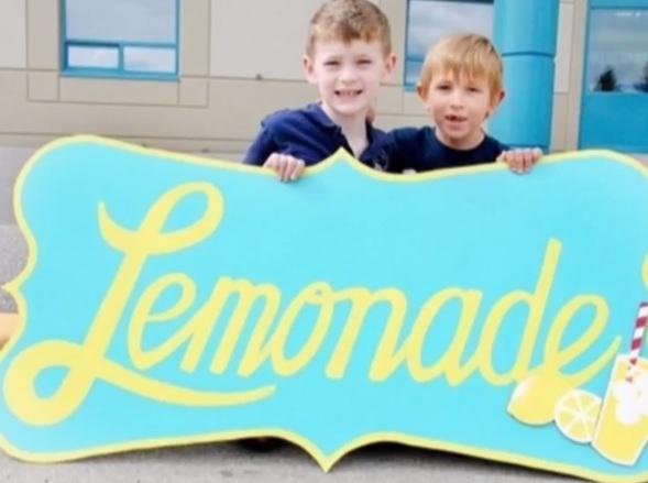 Um Rapaz de 7 Anos Junta 40 Mil Euros Para o Seu Melhor Amigo, no Balcão de Limonada Mais Bem Sucedido de Sempre